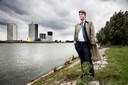 Dijkgraaf Jan Geluk van waterschap Hollandse Delta in 2013 bij Hoogvliet, waar noodversterkingen aan een dijk zijn aangebracht.