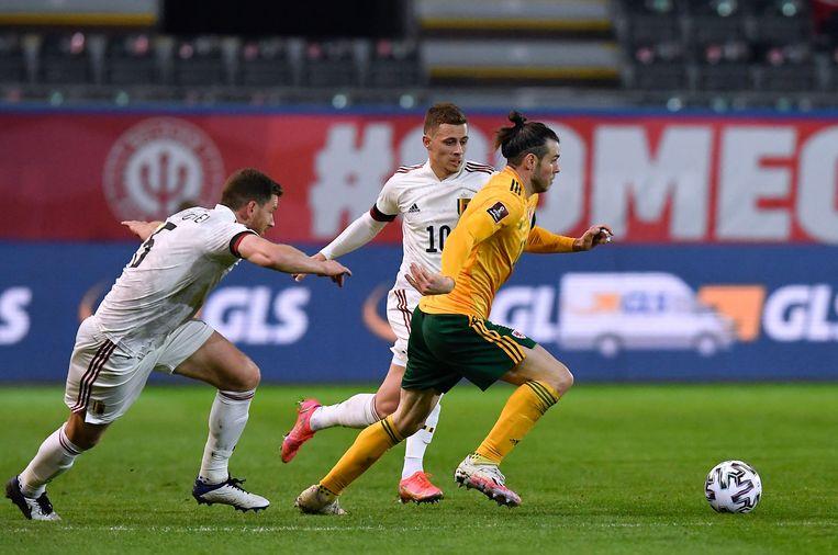 Jan Vertonghen en Thorgan Hazard verdedigen op Gareth Bale, de sterspeler van Wales. Beeld AFP
