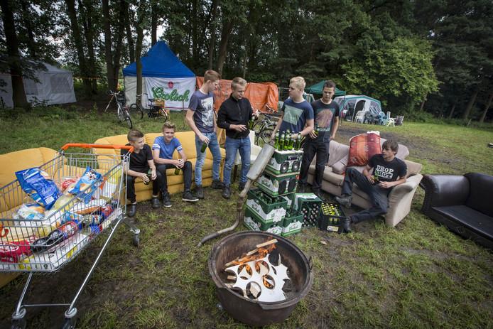 Van de meeste kampeerfeesten zoals hier in Albergen kwam geen overlast. Het gemeentebestuur heeft mede door inzet van een handhaver nu een beter inzicht over wat er zich onder de jongeren afspeelde.