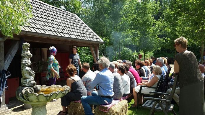 Het toneelstuk Kortsluiting in regie van Lieke Faber in de tuin van Cultuurlogies Looeind