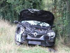 Auto vliegt uit de bocht op A35 bij knooppunt Azelo: veel schade, maar geen gewonden