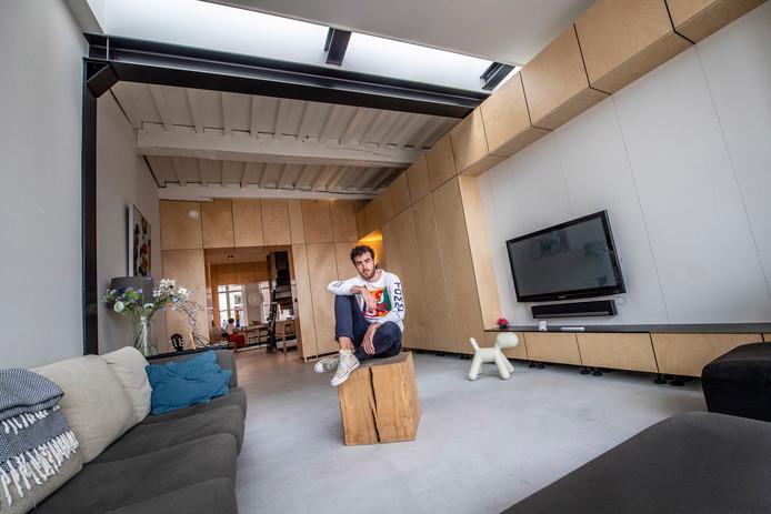 Youp van Terheijden in het huis dat hij voor zijn ouders ontworpen heeft.