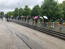 In de stromende regen stonden dolgelukkige NAC-supporters te wachten op een coronatest.