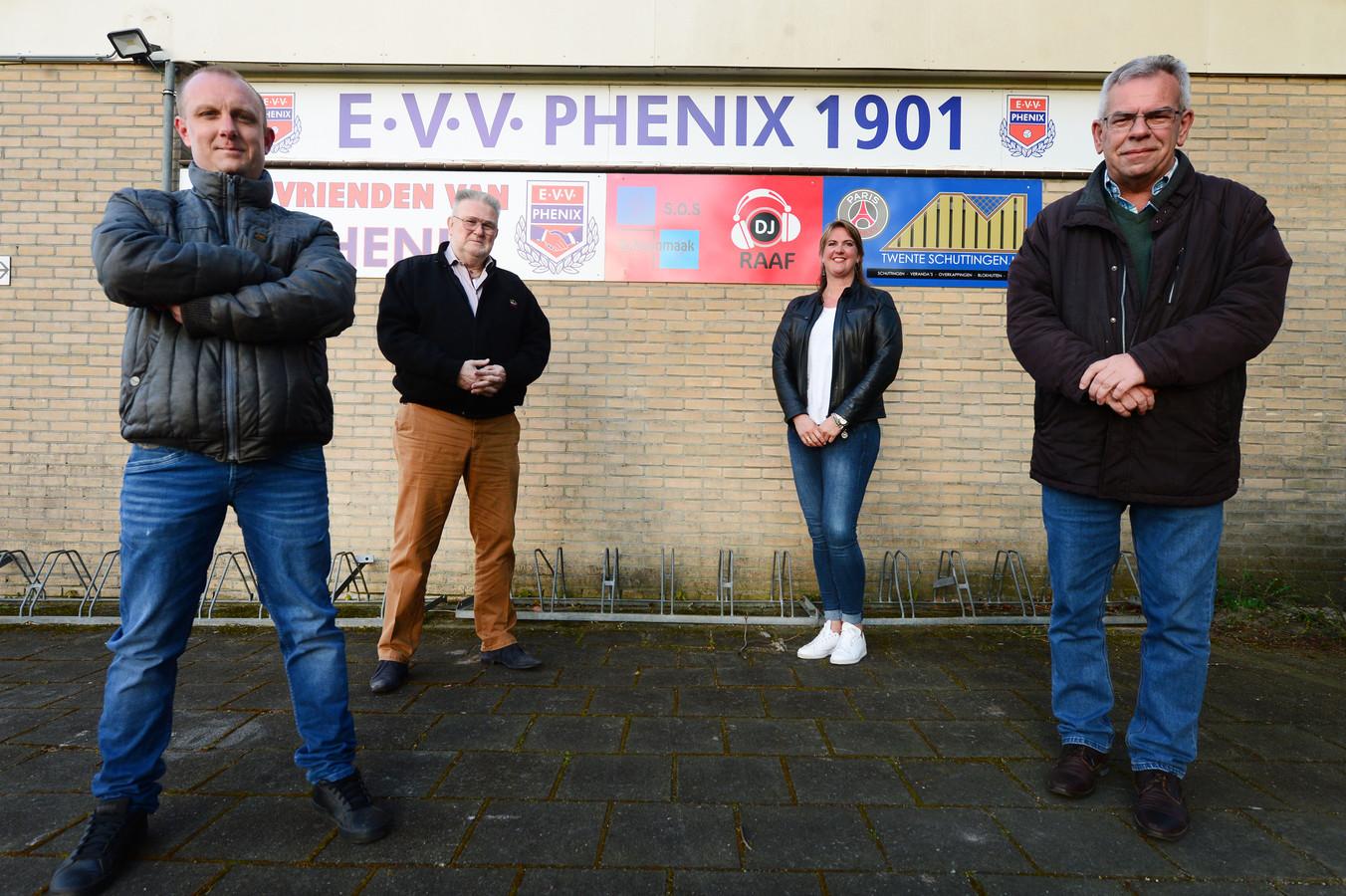 Feest bij Phenix, dat 120 jaar bestaat. Vanaf links: secretaris Jarno Bosch, Henk ter Heegde, Tineke de wit en Henk te Nijenhuis.