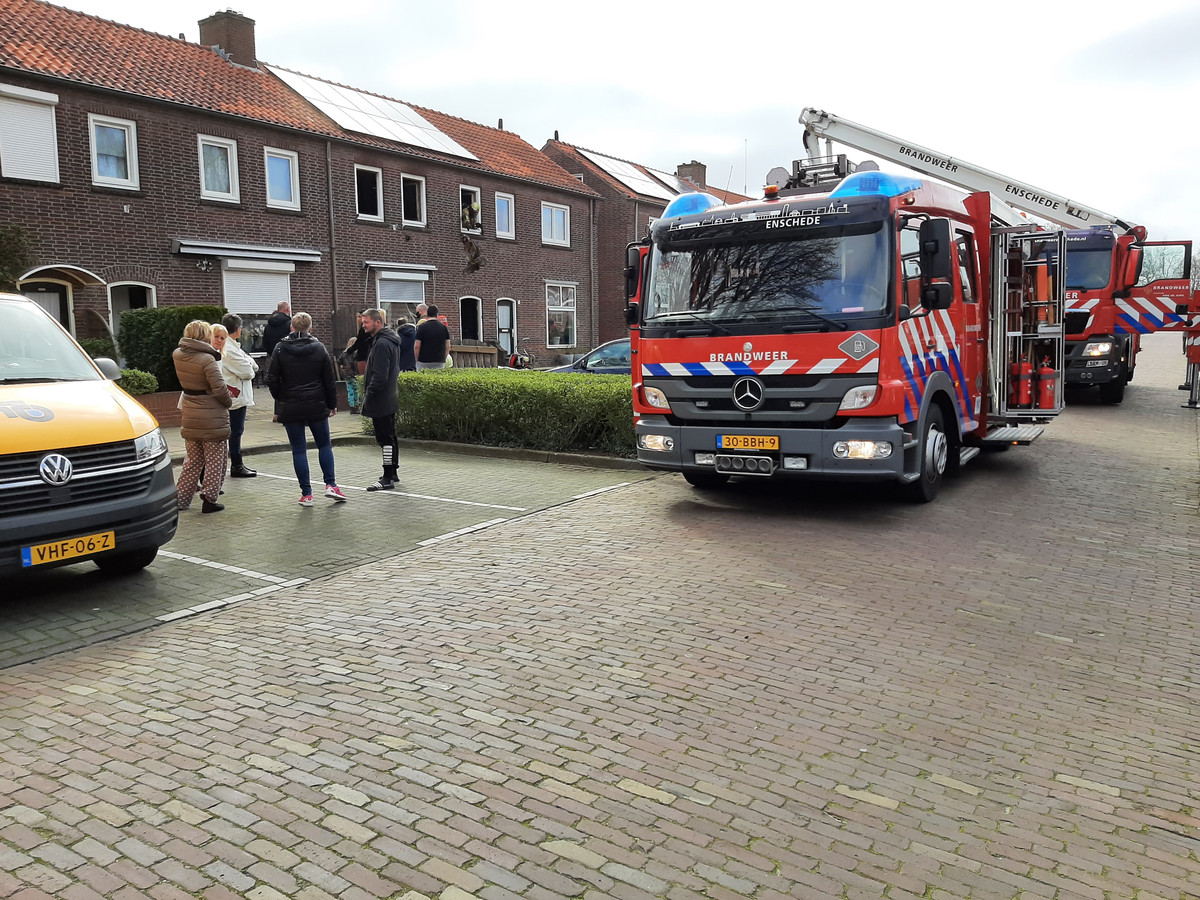 De brandweer rukte zaterdagochtend uit voor een slaapkamerbrand aan de Benkoelenstraat in Enschede.