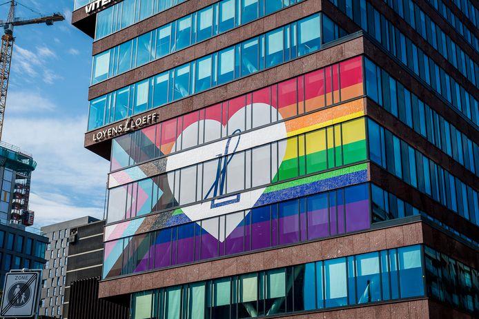 Regenboogvlag op gebouw van Loyens & Loeff N.V. advocatenkantoor het hoofdkantoor Rotterdam