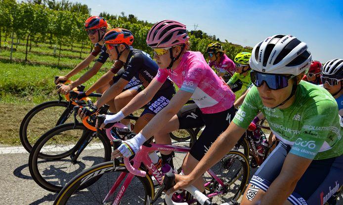 Anna van der Breggen in de roze leiderstrui.