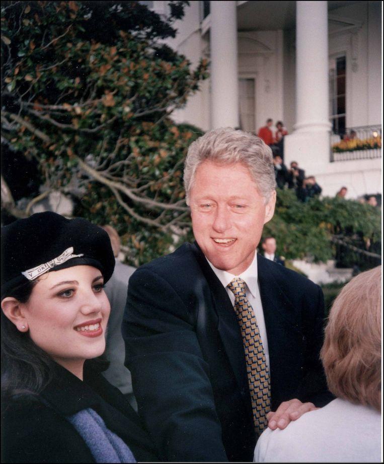 Oud-president van de Verenigde Staten Bill Clinton (op dat moment) stagiair in het Witte Huis Monica Lewinsky. Beeld Photo News