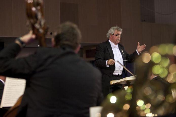 Dirigent Jaap Neuteboom tijdens het jubileumconcert van Jubilate Deo dat het koor afgelopen zaterdag in de Open Poort in Hattem gaf. foto Henri van der Beek