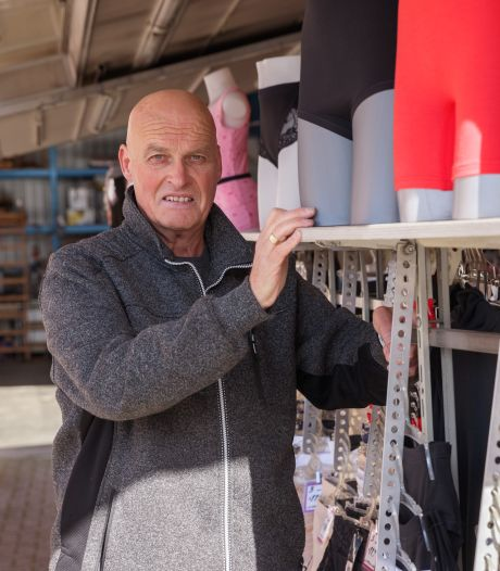 Kooplieden protesteren op Roosendaalse weekmarkt:  'Laat non-foodkramen weer toe'