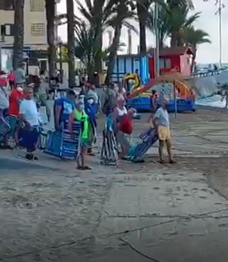Des dizaines de baigneurs font la course pour obtenir le meilleur emplacement sur la plage
