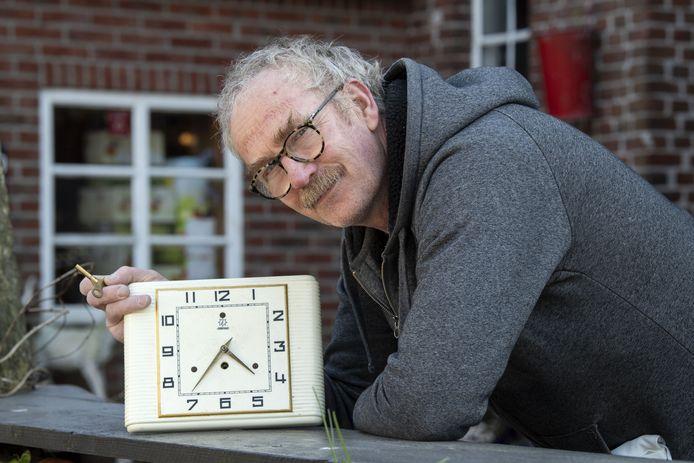 Bert Kots van camping en geitenkaasboerderij Brömmels met het porseleinen klokje dat  een oom voor twee maal zes eieren van de Engelse soldaten heeft gekocht.