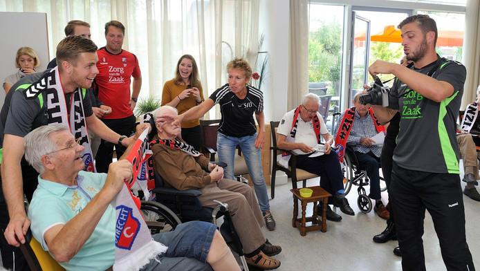 Tijd voor een dolletje: Menno Heus zet bewoner Vreekamp, die wordt geflankeerd door Robin Ruiter, op de foto. In het rode shirt kijkt Stefan Postma toe.