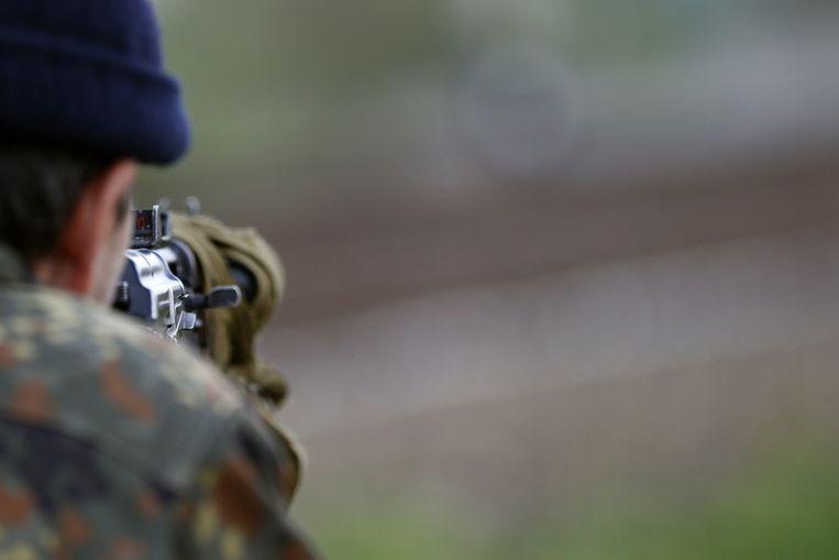 Een pro-Russische man bewaakt een weg die leidt richting Slavjansk. Beeld ap