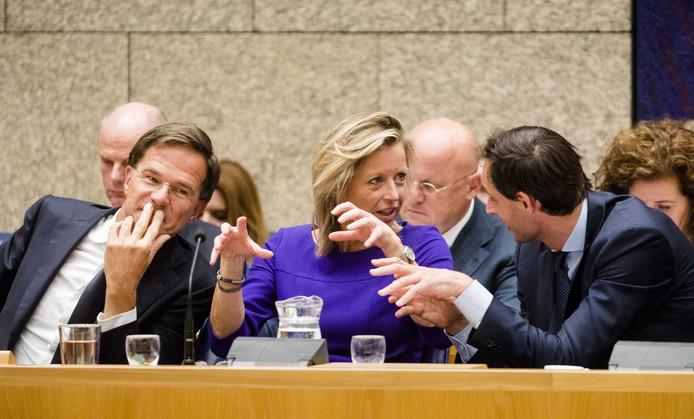 (vlnr) Premier Mark Rutte, Minister Kajsa Ollongren van Binnenlandse Zaken en Koninkrijksrelaties (D66) en Minister Wopke Hoekstra van Financiën (CDA) tijdens de Algemene Politieke Beschouwingen.