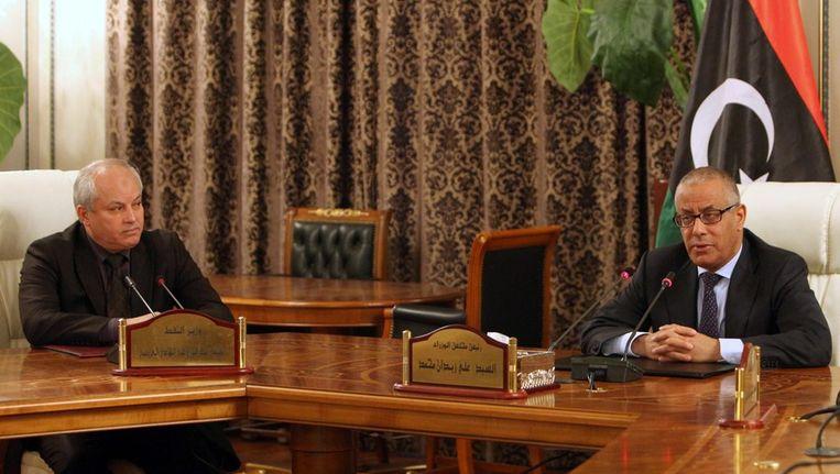 De Libische premier Zidan met minister van olie Abdelbari al-Arusi (links), vandaag. Beeld epa