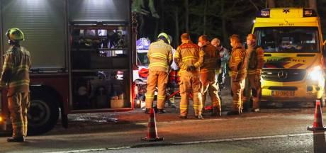 Auto slaat over de kop bij eenzijdig ongeluk in Wekerom: bestuurder ernstig gewond, vrienden halen auto weg