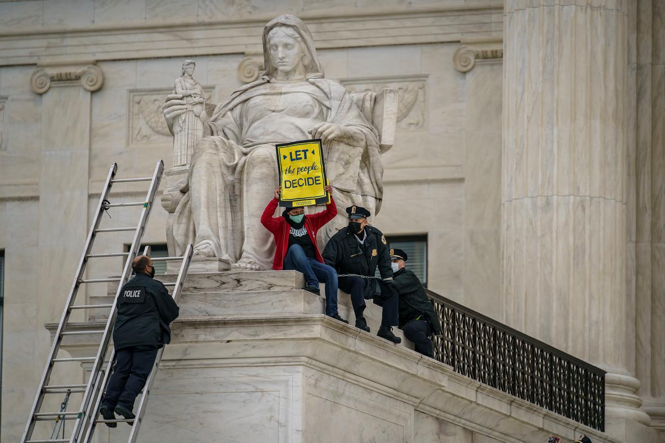Een demonstrant protesteert aan het gerechtsgebouw in Washington tegen de benoeming van Barrett.