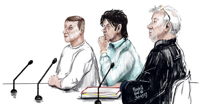 Verdachten M.L. (links) en R.L. (rechts) met advocaat John Peters in de Haagse rechtbank