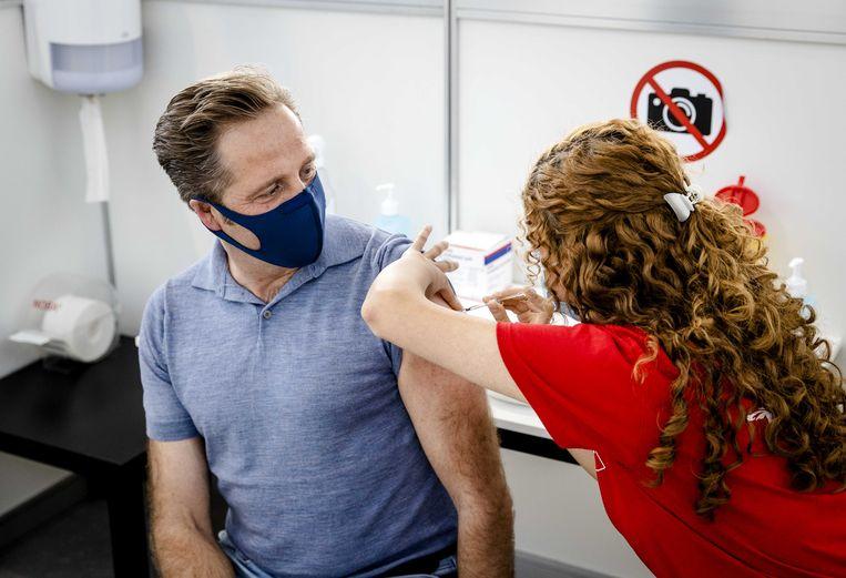 Demissionair minister Hugo de Jonge van Volksgezondheid kreeg vorige week een eerste inenting tegen corona in de GGD prikstraat bij de SS Rotterdam. Beeld ANP