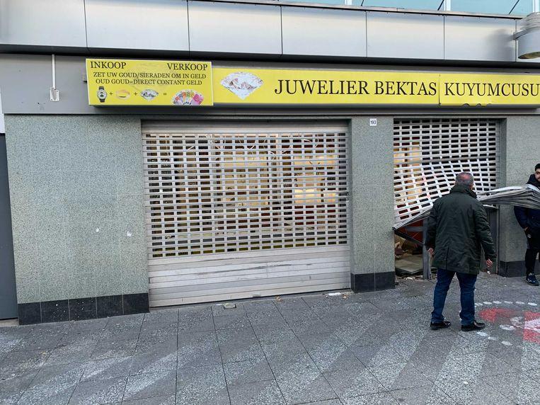 Er is veel schade bij de juwelier op het Buikslotermeerplein. Beeld Jesper Roele