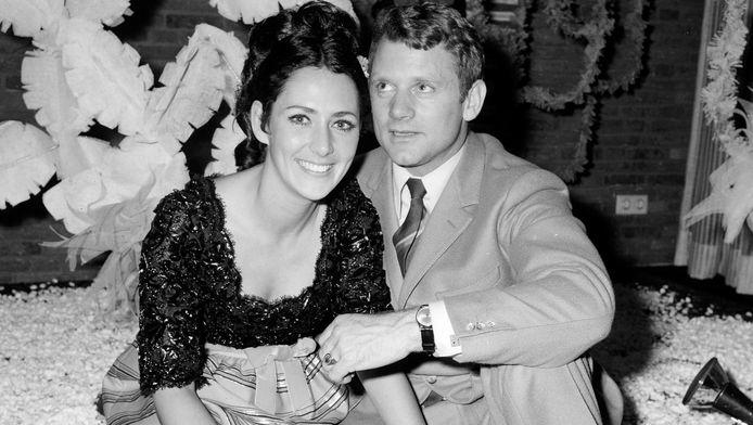 Schaatser Joan Haanappel en Jean-Jacques van Belle in het Hilton Hotel na de bekendmaking van hun verloving.