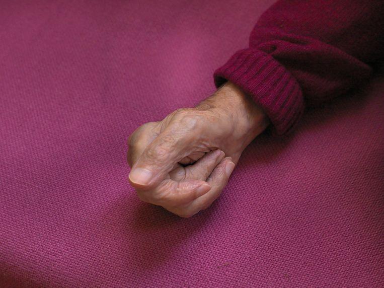 D'Ancona: ''Die rothand', zei Aatje 's ochtends in bed weleens. Dan hield hij hem overeind en keek ernaar. Na zijn eerste infarct kon hij er niet meer mee werken, maar hij is er nooit depressief over geweest. En 's nachts had hij hem altijd om me heen, dus ik zei dan: 'ik vind het wel een lekkere hand.'' Beeld Venus Veldhoen