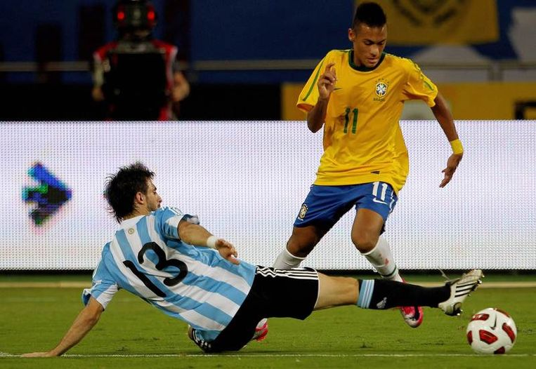 Pareja probeert Neymar af te stoppen. Beeld AFP