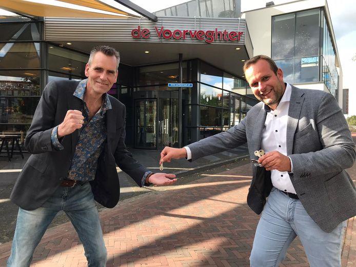 Directeur Jan Maarten Veurink (rechts) overhandigde afgelopen zomer de eerste sleutel van De Voorveghter aan tekst- en liedjesschrijver Bert Nonkes.