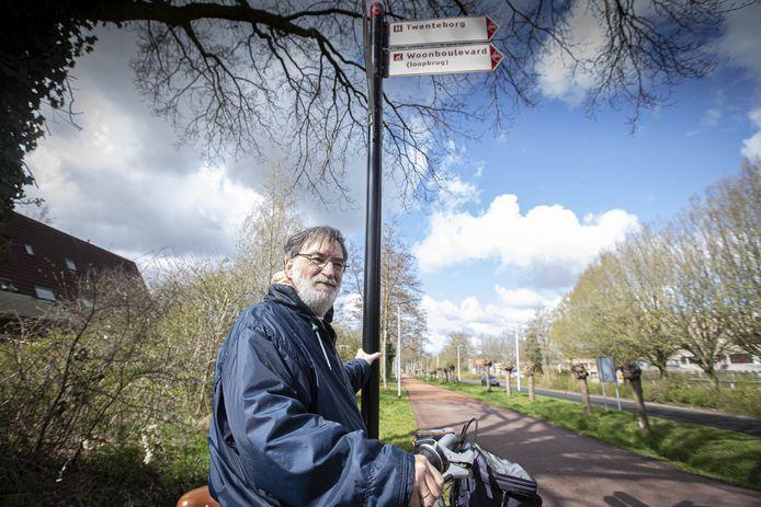 Hengeloer Feico Nater bij de bewegwijzering rondom het Almelose ziekenhuis, dat nog altijd wordt aangeduid als Twenteborg, een naam die al 20 jaar niet meer bestaat.