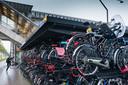 Chaos in de stalling achter het station. Op deze plaats komt, over het fietspad, een tweelaagse stalling.