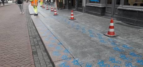 Blauwe fietsjes bij ingang van Bossche McDonald's: En waarom ze nu langer moeten blijven