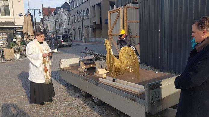 De haan van de Sint-Jan kreeg woensdag de zegen van plebaan Vincent Blom (rechts). Wethouder Huib van Olden kijkt toe.
