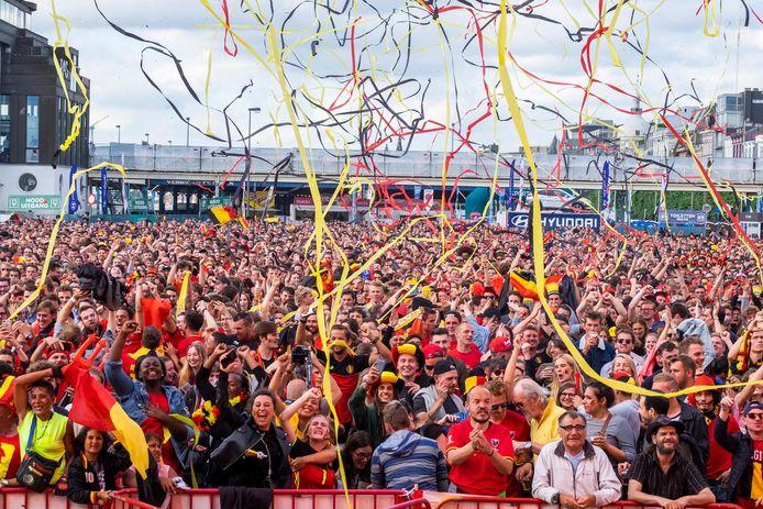 Terwijl de supporters in het fandorp juichen, vliegen de tricolore slingers de lucht in.