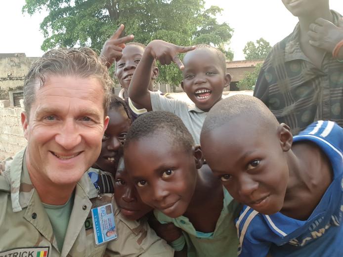 Patrick van Straten met kinderen in Mali.