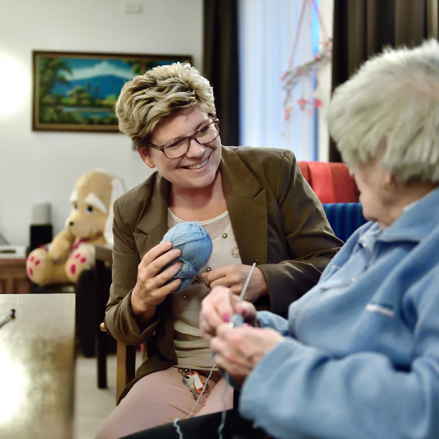 Jacqueline Klerkx heeft als 49-jarige haar roeping gevonden op Laantje 6 van Sint Elisabeth, waar ze werkt met dementerende ouderen.