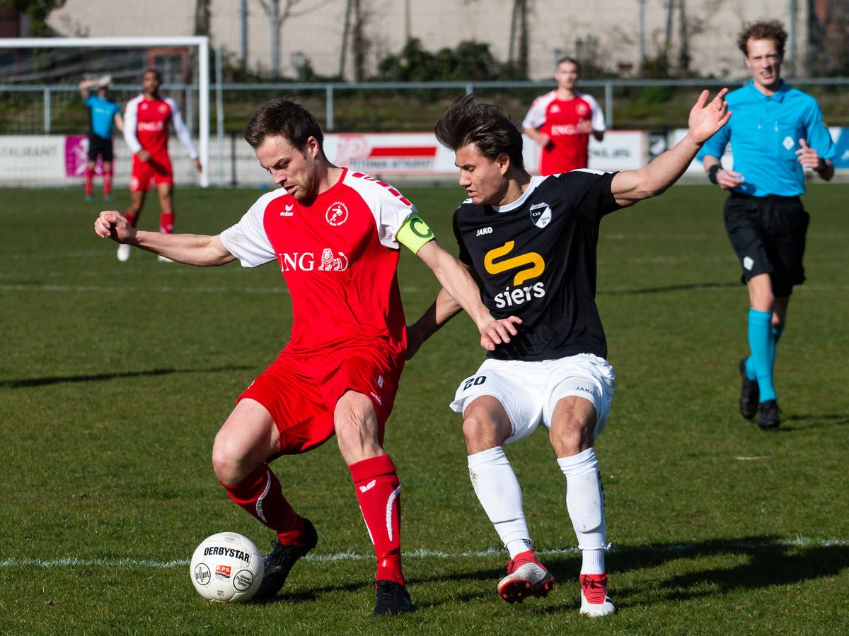 Ruben Hollemans, aanvoerder van Goes, schermt de bal af in een duel met Jasper-Ewout van Breemen-Schneider van Quick'20