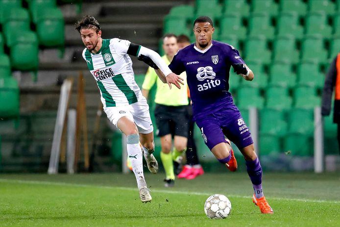 Ramon Pascal Lundqvist van FC Groningen zit Heracles Almelo-Delano Burgzorg op de hielen.