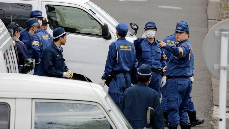 Onderzoekers van de politie verzamelen zich bij het appartement van de man in Zama.