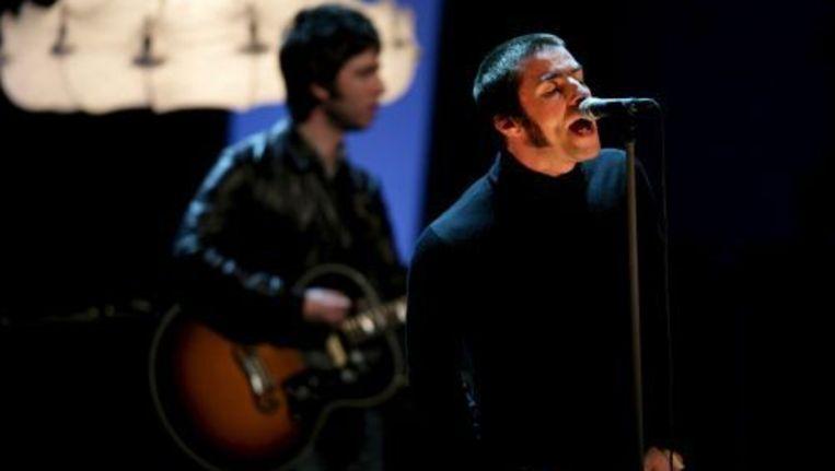 Gitarist Noel Gallagher en zanger Liam Gallagher in februari 2009 nog samen op het podium. ANP Beeld