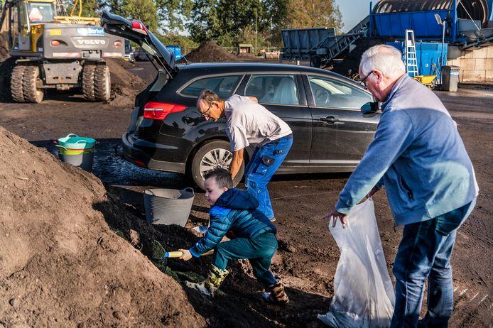 Iedereen kan gratis compost komen scheppen op het terrein van Van Berkel. Voor sommigen zijn een paar bakken en zakken al voldoende.