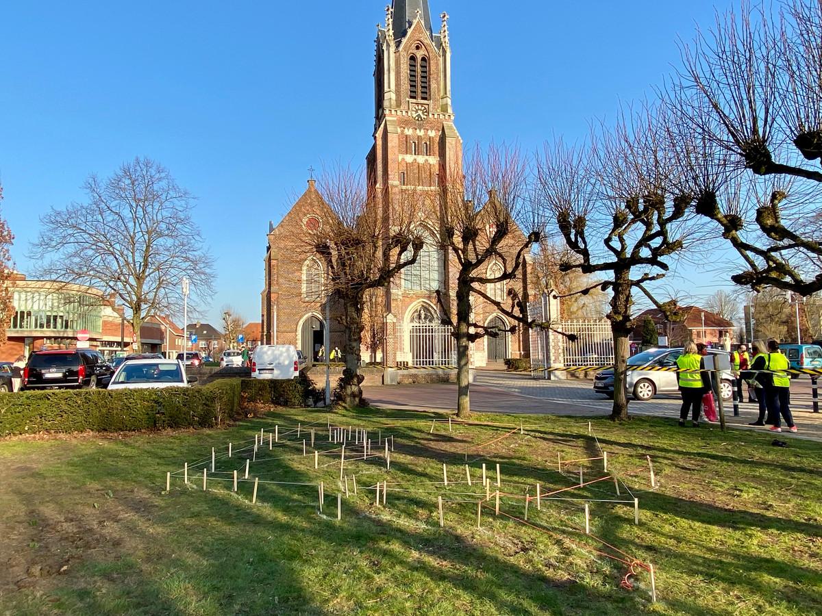 Het bloementapijt komt op het grasveld aan de Sint-Cordulakerk, waar donderdag de afscheidsplechtigheid doorgaat