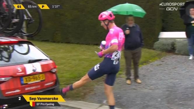 Sep Vanmarcke gaat tegen de grond en... trapt uit frustratie op volgwagen van Sunweb