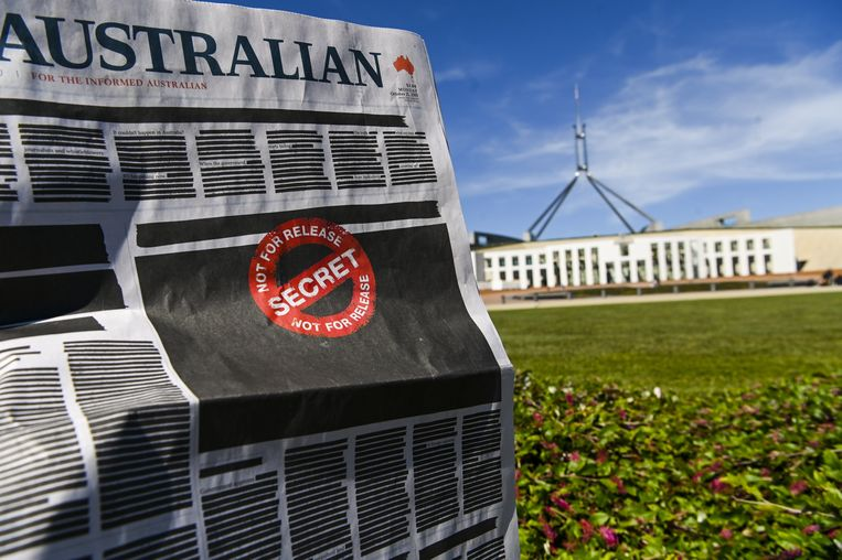 De zwarte voorpagina van The Australian voor het parlementsgebouw in Canberra. Beeld Hollandse Hoogte / EPA
