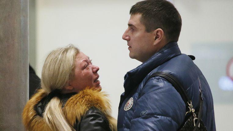 Familieleden op het vliegveld in St. Petersburg reageren op het nieuws over de ramp in Egypte. Beeld ap