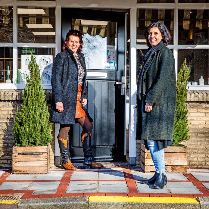 """Annet van Oost (53) en Marjan van der Heiden (60) voor hun winkelpand in Westmaas. ,,Wat leuk is, is dat mensen heel begaan met je zijn en een bon voor zichzelf kopen. Met de boodschap dat ze die niet meteen inleveren als we open mogen."""""""