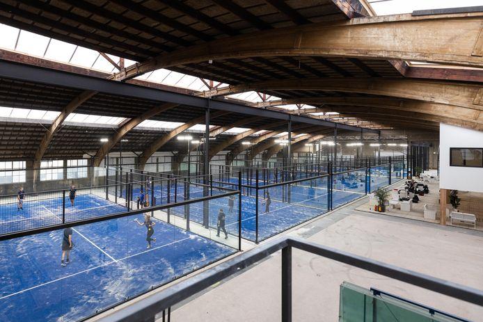 Het oude bedrijfspand aan de Elzenweg in Waalwijk is omgebouwd tot een groot padelcentrum: Plaza Padel. Naast de negen indoorbanen is er ook ruimte voor horeca.