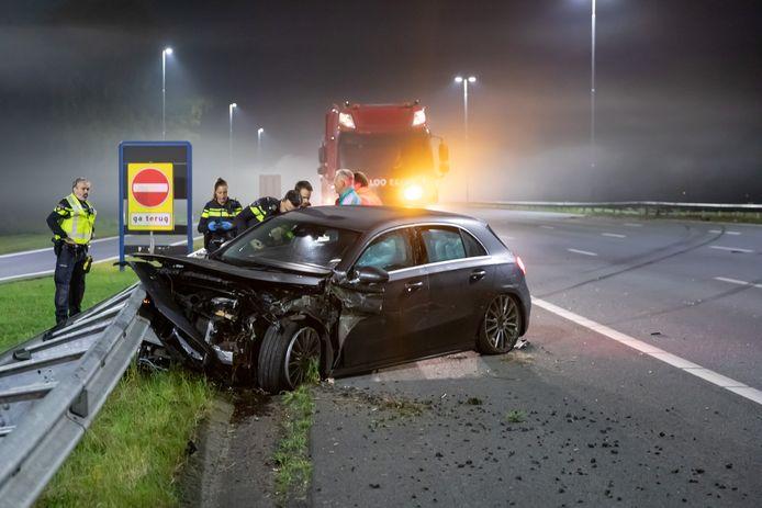 De Mercedes raakte zwaar beschadigd, de bestuurder is nog zoek.