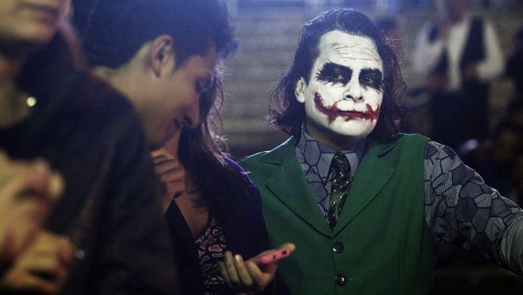 Een fan verkleed als 'The Joker' bij de première in Mexico City. Beeld epa
