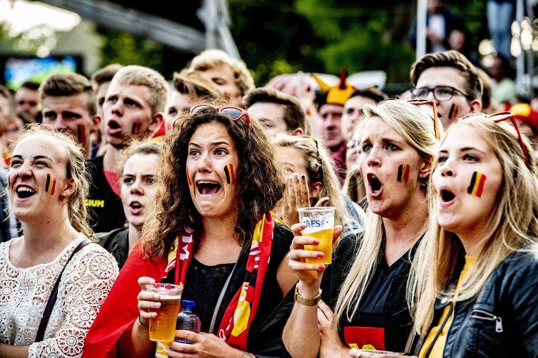 Voetbalsupporters volgen op grote schermen de halve finale van het WK voetbal tussen Frankrijk en Belgie in 2018. Beeld ANP